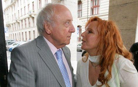 Marcela Holanová se s Felixem Slováčkem na recepci vítala opravdu důkladně.