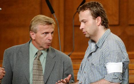 Heparinový vrah Petr Zelenka (vpravo) byl odsouzen na doživotí. Na snímku v rozhovoru se svým otcem Bohumilem.