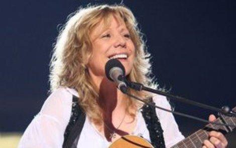 Lenka Filipová zpívá už třicet let a má na svém kontě hity jako Zamilovaná, Za všechno může čas či duet Mosty s Karlem Zichem.