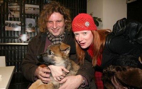 Bára Štěpánová přinesla spolu s přítelem Miroslavem Barabášem ukázat jejich psí miminko Elzu.