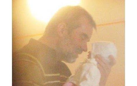 Pátek, 17:04, Thomayerova nemocnice – Jaroslav Brabec se mazlí s malou Aničkou.