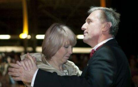 Premiér vystřihl úvodní valčík s velvyslankyní při EU Milenou Vicenovou.