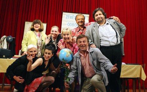 Ve Sborovně hrají mimo jiné i Uršula Kluková (první zleva nahoře), Kateřina Kornová, milenka Trávníčka Monika Fialková s partnerem (dolní řada zleva), za Trávníčkem nelze přehlédnout XXL postavu Luboše Xavera Veselého.