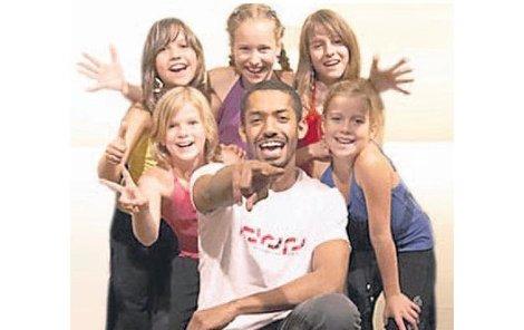 Yemi učí dětskou kapelu profesionálnímu tancování.
