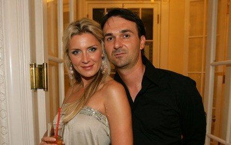 Petra Minářová si musela vzít jako garde kamaráda.