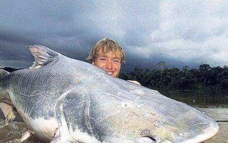 Jakub Vágner se 190 kg vážícím sumcem. Jde o zatím největší sladkovodní rybu, která kdy byla sportovně zdolána jen s pomocí prutu a navijáku.