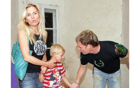 Leona Machálková a Martin France přemlouvali malého Artura, aby s nimi prošel stezku odvahy, ale tomu se to vůbec nelíbilo.