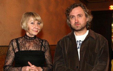 Bez brýlí dorazil Hřebejk už na premiéru svého filmu Kawasakiho růže. Na snímku s Danielou Kolářovou.