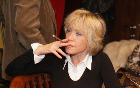Jana Švandová si stěžuje na bolesti na hrudi, cigaretám se však nevyhýbá.