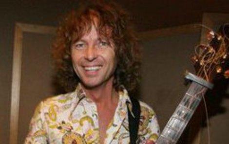 Se svou kytarou je Peter Nagy šťastný.