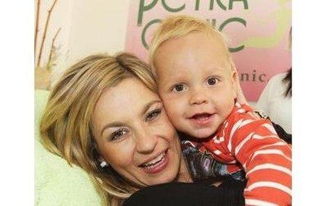 Monika Marešová se včera objevila na hubnoucí proce-duře. Přiznala, že potřebuje shodit břicho po porodu. Roční Matěj Mareš byl s Monikou.
