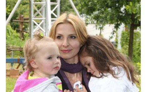 Ivana Gottová trávila dlouhé hodiny ve studiu a její holčičky Nelly Sofie (vlevo) a Charlotte Ella ji začaly postrádat.