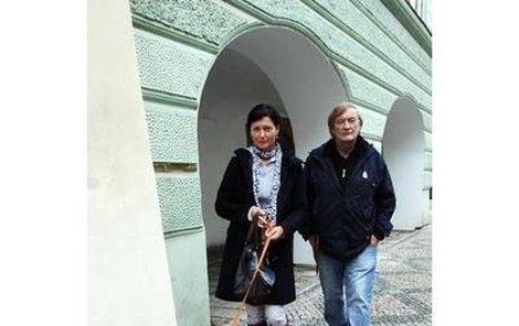 Simona Chytrová a Vít Olmer na procházce se psem Jean-Paul Belmondem.