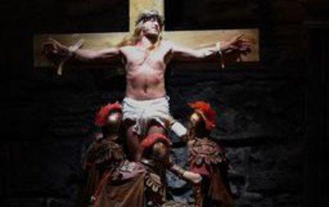 Kamil Střihavka v roli Ježíše ve scéně, kdy ho vojáci ukřižovali.