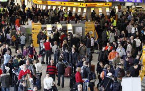 Frankfurt - Davy cestujících uvízly na místním letišti. Nervózní lidé se tu dokonce prali.