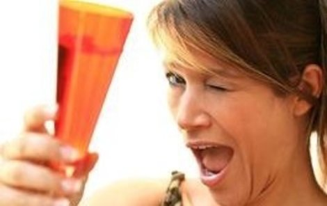 Říká se, že ženám musí koktejl nejen chutnat, ale také se líbit.