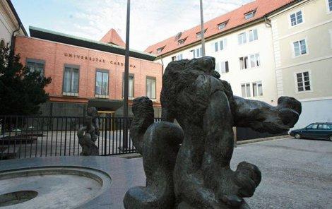 Tady studoval - Mladý Mydlář studoval v Praze na Karlově univerzitě.