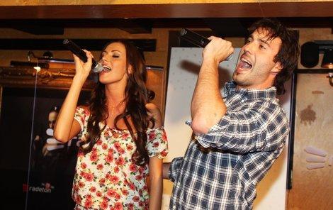 Zamilovaný pár spolu nazpíval duet V horečkách, který Bárta napsal.