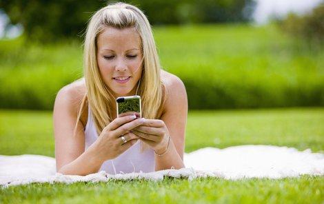 Kolem mobilních baterií panuje řada mýtů. Kterým z nich věříte vy?