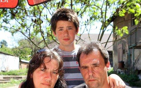 Leon Ryčl s manželkou a synem Jakubem drží fotografi i mrtvého Daniela.