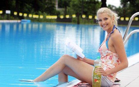 Učení na maturitu si zpříjemňuje pobytem u bazénu.