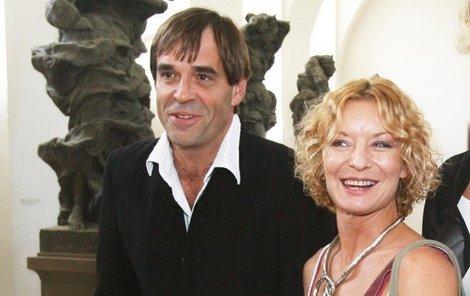 Miroslav Etzler se po několika týdnech, které trávil se svojí milenkou Pavlovčinovou, usmířil s Vilmou Cibulkovou a pokorně se k ní vrátil.