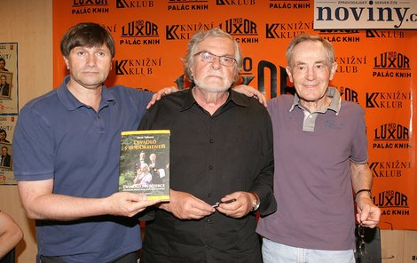 Herec přiletěl do Čech kvůli hře Kumšt, ve které exceluje po boku Jana Hrušínského (vlevo) a Jana Kačera.