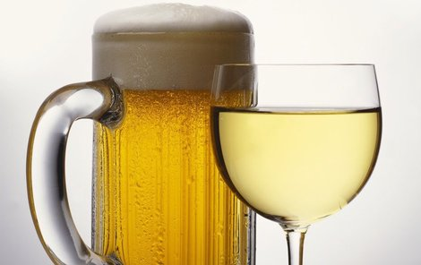 37 litrů piva a 6 litrů vína - Tolik během léta vypije každý z nás. V horkém počasí se není vůbec co divit, i když odborníci doporučují spíš vodu nebo ředěné džusy.