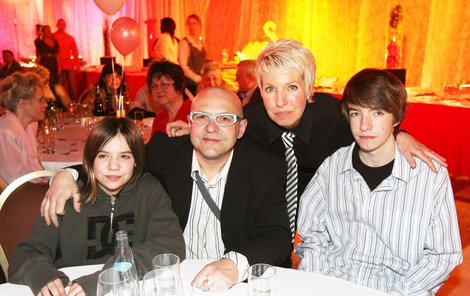 Jeden z mála společných snímků celé rodiny pochází z roku 2008:  Zleva dcera Vanda (dnes 16), Zdeněk Švarc (†57), Marcela Březinová a syn  Jan (dnes 18).