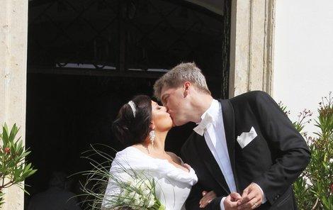 Novomanželský polibek před kostelem byl plný lásky i vášně.
