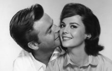Po 30 letech znovu ožívá jedna z největších záhad Hollywoodu. Policie oznámila, že pro nové důkazy otevírá případ úmrtí slavné americké herečky Natalie Wood (†43). Ta se v listopadu 1981 utopila během plavby na jachtě a poslední, s kým hovořila, byl zřejmě její manžel Robert Wagner (87).