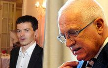 Že by si vzal mladší syn exprezidenta Václava Klause (77) příklad ze svého staršího bratra? Na tátově narozeninové oslavě se Jan Klaus (44) objevil ruku v ruce s mladou krasavicí. A rozhodně to nebyla jeho choť Veronika (37). Podle informací Aha! už nejsou spolu...