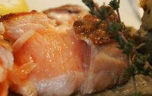 Netradiční grilování: Ryba na grilu je vynikající, pokud ji doplníte olivami!