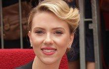 Kdybyste náhodou během prázdninových toulek po Česku narazili na hollywoodskou hvězdu Scarlett Johansson (33), nešálí vás zrak! Představitelka Black Widow ze slavné série Avengers u nás totiž natáčí nový film.