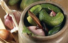 Nakládáme okurky: Tradičně s hřebíkem a česnekem!