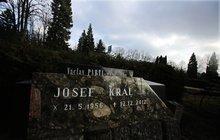 Záhada náhrobku s datem úmrtí 12. 12. 2012: Zabije se Josef Král (56) kvůli dluhům?