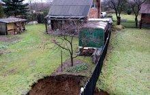 Sousedy rozdělil osmimetrový kráter: Propadla se zahrada!