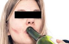 Opila se a vyrazila se dvěma syny (8, 10) k dětskému hřišti. Pozornost strážníků na sebe matka upoutala, když se na místě hlasitě hádala s dalšími lidmi.