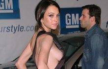 Herečka Lohan dává ňadrům volnost: Lindsay, něco ti vypadlo!
