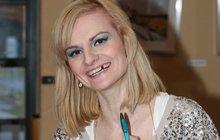 Blbá blondýna Pazderková: S vyraženým zubem skončila v Bohnicích!
