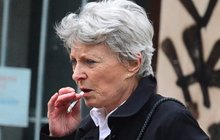 Krok, šluk, krok: Jana Štěpánková se stydí, ale kouří i na ulici!