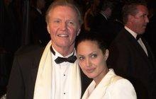 Angelina Jolie o odstranění prsou neřekla ani rodině: Táta se to dočetl až z internetu!