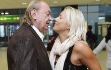 František Janeček a jeho o 31 let mladší žena: Divoká líbačka na letišti!