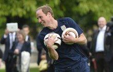 Fotbal na zahradě Buckinghamského paláce! Princ William varoval: Nerozbijte babičče okna!