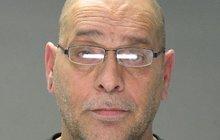 Muž držel v dodávce sexuální otrokyně: Nasadil si upíří zuby a znásilňoval je!