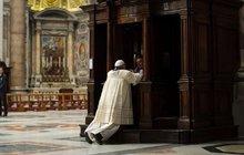 Svatý otec poklekl u zpovědnice: Copak papež provedl?