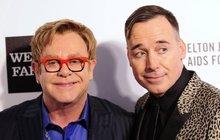 Elton John spřítelem se budou brát! Na svatbu se těší i jejich dva synové