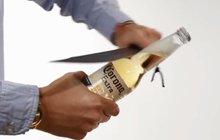 Pánové, chcete se zchladit, ale nemáte otvírák? 21 způsobů,  jak otevřít pivo!