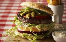 Recepty do stovky: Burger se sýrem a slaninou