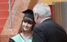 První slečna dostala maturitní vízo:  A táta byl u toho!